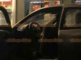 Fortín, Ver., 11 de junio de 2021.- La noche de este viernes, una mujer que viajaba con sus hijos fue acribillada afuera de una tienda de autoservicio. Al lugar se movilizaron cuerpos de auxilio y fuerzas armadas.