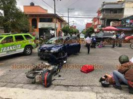 Xalapa, Ver., 12 de junio de 2021.- Vehículo Nissan Versa chocó contra dos motocicletas sobre la avenida Américas, esquina Salvador González, cuatro personas resultaron lesionadas, dos de ellas fueron trasladadas a un hospital para su atención médica, peritos de Tránsito se hicieron cargo del percance.