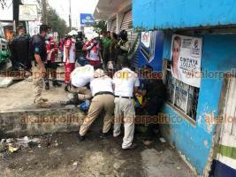 Xalapa, Ver., 12 de junio de 2021.- Tres personas lesionadas luego de que un autobús de la línea TRS perdiera el control sobre Lázaro Cárdenas y se impactara contra la parada de autobús ubicada a la altura de La Corona, paramédicos los trasladaron a un hospital.