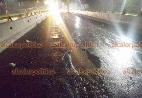 Xalapa, Ver., 14 de junio de 2021.- Automovilistas hacen un llamado al Ayuntamiento para que arregle un bache al inicio del puente que lleva de Lázaro Cárdenas hacia Murillo Vidal, pues ha causado muchos daños a neumáticos de automóviles y la caída de motociclistas.