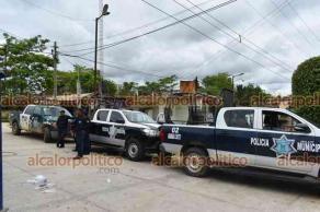 Jesús Carranza, Ver., 14 de junio de 2021.- Simpatizantes de diversos partidos políticos cuidan las instalaciones del Consejo Municipal del OPLE para que paquetes no sean trasladados a Xalapa.