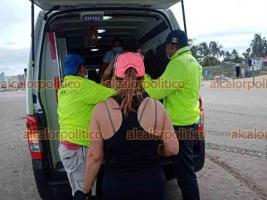 Boca del Río, Ver., 14 de junio de 2021.- Tras el rescate de la joven, en la playa ya se encontraba una ambulancia de Protección Civil para atenderla y varias patrullas de la Policía Municipal.
