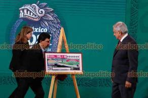 Ciudad de México, 16 de junio de 2021.- El Presidente López Obrador y la Directora de la Lotería Nacional presentaron billete de lotería para la rifa de casas, departamentos y un palco en el Estadio Azteca con derecho de uso hasta el 2065. El valor total de las 21 propiedades es de 250 mdp.