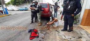 Veracruz, Ver., 16 de junio de 2021.- Vecinos de las calles de Uribe y Lafragua retuvieron a un hombre, al que sorprendieron robando tubería de cobre de las azoteas de las casas. Más tarde lo entregaron a elementos de la Policía Naval y Municipal.