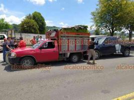 Banderilla, Ver., 16 de junio de 2021.- Ford Pick Up se quedó sin frenos cuando circulaba sobre le bulevar a la Capital, a la altura del CETIS y se impactó contra la parte trasera de camioneta cargada con elotes. Se reportaron lesionados leves.