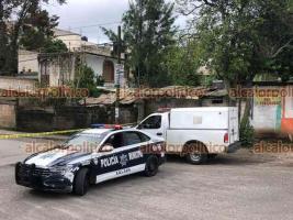 Xalapa, Ver., 16 de junio de 2021.- Junto a la laguna de la colonia Casa Blanca, en la calle Bahamas, se localizó el cadáver embolsado de una persona. Autoridades aseguraron la zona.
