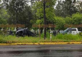 Xalapa, Ver., 16 de junio de 2021.- Vehículo termina volcado luego de que su conductor perdiera el control y brincara el camellón de la carretera Xalapa-Veracruz, a la altura del Batallón de Infantería, los ocupantes se retiraron del lugar dejando abandonado el vehículo.