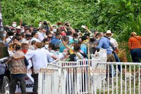 Martínez de la Torre, Ver., 18 de junio de 2021.- Aunque el Presidente López Obrador llegó para dialogar con pobladores de Paso Largo, quienes rechazan parte de la autopista que conectaría a Veracruz y Tamaulipas, los afectados tuvieron que buscar por su cuenta cómo acercarse al evento del Mandatario.