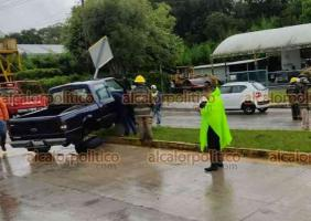 Coatepec, Ver., 18 de junio de 2021.- Una camioneta terminó sobre el camellón de la carretera Xalapa-Coatepec luego de perder el control a la altura de los topes en La Florida. No hubo lesionados.