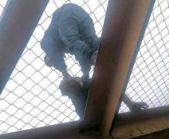Banderilla, Ver., 18 de junio de 2021.- Elementos de la SSP evitaron que una persona intentara suicidarse en el puente peatonal ubicado sobre la carretera Xalapa-Perote, a la altura del CETIS 134. Fue canalizada para recibir atención médica debido a algunas laceraciones menores que presentaba.
