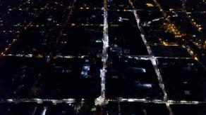 Xalapa, Ver., 21 de junio de 2021.- Desde hace días, en el Centro comenzaron a instalarse luminarias LED. El Ayuntamiento compartió una vista aérea de la zona, ahora con luces blancas. Se sustituirán 500 lámparas en 44 calles; a la fecha van 168 en vialidades como Altamirano, Juárez, Clavijero, Azueta, Revolución y Sayago.