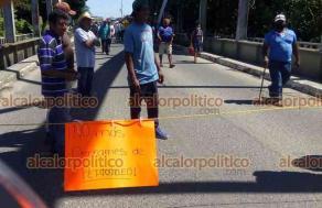 Hueyapan de Ocampo, Ver., 21 de junio de 2021.- Pobladores de la Norma y de otras localidades, bloquearon la carretera Costera del Golfo, a la altura de la comunidad de Juan Diaz Cobarruvias, debido a que PEMEX desatiende un derrame.