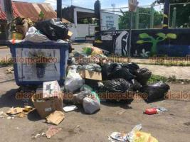 Medellín de Bravo, Ver., 21 de junio 2021.- Hartos de tener sus calles con mal aspecto y pestilencias, medellinenses molestos acudieron al Palacio Municipal a tirar la basura que no recoge Limpia Pública.