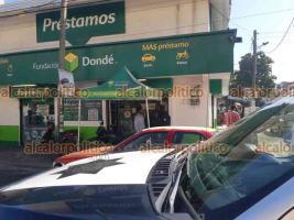 Veracruz, Ver., 22 de junio de 2021.- Tres sujetos asaltaron una casa de empeños y préstamos en la avenida Matamoros colonia Jardín. Amenazaron con armas de fuego a los trabajadores y rompieron la vitrina, llevándose artículos de valor.