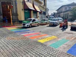 Xalapa, Ver., 23 de junio de 2021.- El cruce peatonal de Xalapeños Ilustres y Enríquez fue pintado con los colores de la bandera LGBT. Activista explicó que forma parte de las acciones para erradicar discriminación contra este sector.