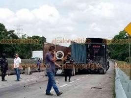 Córdoba, Ver., 23 de junio de 2021.- Dos percances que involucraron tráileres se registraron este miércoles, con una hora de diferencia, entre el distribuidor vial El Diamante y el Trébol de Amatlán.