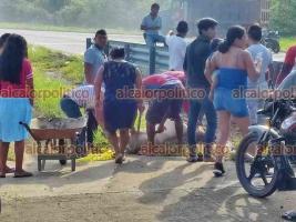 Cosoleacaque, Ver., 24 de junio de 2021.- Pese a la presencia de Guardia Nacional y Policía Estatal, pobladores se llevaron los cerdos que transportaba el camión que volcó; incluso ahí mismo destazaron a un animal que posiblemente murió en el accidente.