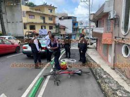 Xalapa, Ver., 24 de junio de 2021.- Se reportó que una joven que cruzaba la avenida Ruiz Cortines tropezó con señalamiento que delimita la ciclovía y se golpeó la cabeza. Ciclista se detuvo para auxiliarla y solicitó apoyo de unidades de emergencia que la trasladaron a un hospital.