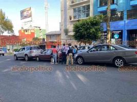 Xalapa, Ver., 23 de julio de 2021.- Tres vehículos participaron en un choque múltiple sobre la avenida Miguel Alemán, a la altura del CBTIS, una mujer que resultó lesionada fue atendida por paramédicos en el lugar del percance.