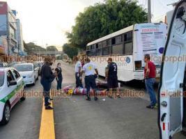 Xalapa, Ver., 23 de julio de 2021.- Una joven chocó contra la parte trasera de un autobús cuando circulaba a bordo de una motocicleta sobre la avenida Rébsamen, paramédicos la trasladaron a un hospital para recibir atención médica.