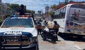 Xalapa, Ver., 24 de julio de 2021.- Auto chocó contra una motocicleta de recolección de basura en la avenida 20 de Noviembre, a la altura de Plaza 20. Elementos de la SSP auxiliaron a los involucrados.