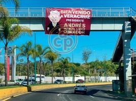 Xalapa, Ver., 25 de julio de 2021.- Ciudadanos colocaron una lona en el puente peatonal de Plaza Américas para recibir al Presidente en su visita a la capital del estado.