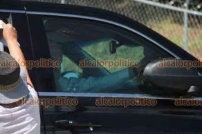 Xalapa, Ver., 25 de julio de 2021.- A la llegada del presidente Andrés Manuel López Obrador, manifestantes se acercaron a su camioneta para entregarle documentos con diversas peticiones.