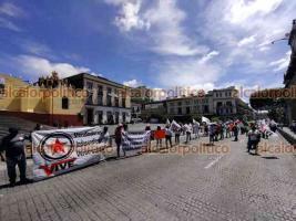 Xalapa, Ver., 26 de julio de 2021.- Comerciantes de varias organizaciones bloquearon por varios minutos la calle Enríquez, en el centro de la Capital. Protestaron contra  el Gobierno Municipal, al que acusan de represor.