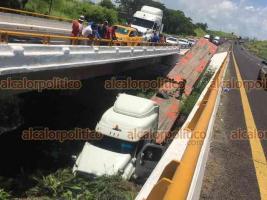 Veracruz, Ver., 26 de julio de 2021.- Al intentar rebasar, el conductor de un tráiler de doble remolque perdió el control del vehículo y terminó por caer del puente de Río Grande en la carretera Cardel-Veracruz.