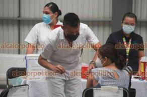 Xalapa, Ver., 27 de julio de 2021.- El delegado de Bienestar, Manuel Huerta, acudió al Gimnasio Omega, donde se aplica la segunda dosis de la vacuna COVID para la población de 40 a 49 años.