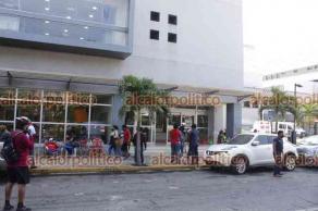 Veracruz, Ver., 29 de julio de 2021.- Movilización de cuerpos de emergencia se suscitó por supuesto colapso de elevador en Torre Pediátrica. Sin embargo, sólo fue que se detuvo debido a variación en el voltaje. La enfermera que estaba en el ascensor al momento del incidente fue rescatada ilesa.