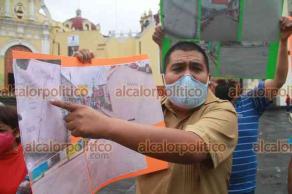"""Xalapa, Ver., 30 de julio de 2021.- Vecinos de la calle Diego Carrillo, de la colonia Revolución, se manifestaron en Plaza Lerdo. Se oponen a que la segunda etapa del colector pluvial """"Hernández Castillo"""" pase por esta calle."""