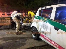 Xalapa, Ver., 30 de julio de 2021.- Motociclista resulta lesionado luego de que un taxi le realizara corte de circulación sobre la calle Bolivia. Paramédicos de Cruz Ámbar se encargaron de atender y trasladarlo a un hospital.