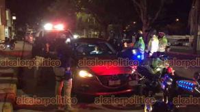 Xalapa, Ver., 31 de julio de 2021.- Elementos de la Policía Municipal detuvieron a dos individuos que pretendieron evadir el filtro de alcoholimetría y echaron el vehículo contra los uniformados. El auto fue llevado al corralón.
