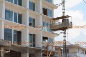"""Veracruz ver., 2 de agosto 2021.- 39 días después que Protección Civil suspendiera la obra por la falta de un dictamen de riesgo, este lunes se reiniciaron los trabajos en la polémica """"Torre Centro""""."""