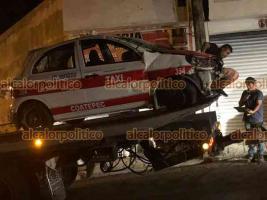 Xico, Ver., 3 de agosto de 2021.- Taxi terminó volcado y su conductor lesionado por evitar chocar contra motociclistas, en la localidad de San Marcos de León. El ruletero fue trasladado por Bomberos Coatepec a un hospital.