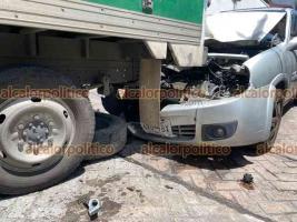 Xalapa, Ver., 3 de agosto de 2021.- Auto particular se impactó contra la parte trasera de camioneta de paquetería, en la calle J.J. Herrera y Belisario Domínguez, en el centro de la Capital. No se reportaron lesionados.