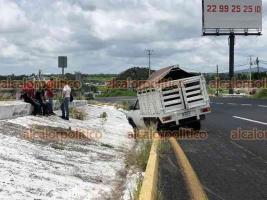 Emiliano Zapata, Ver., 5 de agosto de 2021.- Conductor de una camioneta Nissan perdió el control y se salió del camino, en la carretera Xalapa-Veracruz a la altura del Centro de Estudios e Investigación en Seguridad. No hubo lesionados