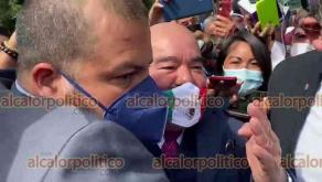 Xalapa, Ver., 16 de septiembre de 2021.- Con la bandera de México como cubrebocas, el titular de la Secretaría de Salud, Roberto Ramos Alor, encabezó la Guardia de Honor ante la efigie de Miguel Hidalgo. Se fue entre empujones, rodeado de escoltas, sin responder preguntas de reporteros.