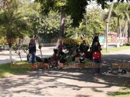 Veracruz, Ver., 16 de septiembre de 2021.- Migrantes haitianos esperan por horas para transbordar en la central de autobuses. Acampan durante el día en camellones y banquetas. Pocos hablan español; en francés, intentan comprar comida y adquirir sus boletos de viaje.
