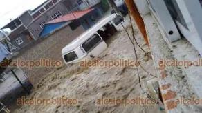 Ixhuatlán de Madero, Ver., 16 de septiembre de 2021.- La corriente, desbordada desde los arroyos cercanos llevaba tanta fuerza que arrastró varios metros una combi y terminó volcándola.