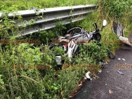 Acajete, Ver., 16 de septiembre de 2021.- En la carretera Xalapa-Perote, motocicleta que invadió el carril contrario chocó contra el taxi XL-6078 del municipio de Xalapa. Al parecer, camión impactó a la moto y la proyectó contra el auto. Cuerpos de emergencia atendieron a tres lesionados.