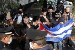 Ciudad de México, 17 de septiembre de 2021.- En la Embajada de Cuba, activistas confrontan a cubanos que descalifican al presidente de Cuba, Miguel Díaz Canel. El Mandatario llegó en una caravana con seguridad a la sede diplomática.
