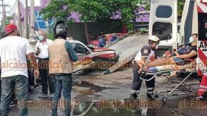 Veracruz Ver., 18 de septiembre 2021.- Aparatoso accidente sobre la avenida Miguel Alemán, cuando el taxi 3239 intentaba retornar y fue impactado por auto particular, resultando afectado el copiloto del auto gris quien fue trasladado al hospital. Los demás pasajeros resultaron con crisis nerviosa.