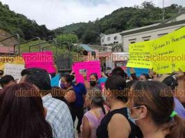 Ixhuatlán de Madero, Ver., 18 de septiembre de 2021.- Pobladores se manifestaron frente a la Palacio Municipal para exigir a la autoridad una solución a las inundaciones.
