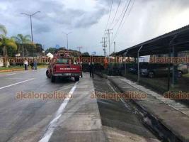 Coatepec, Ver., 22 de septiembre de 2021.- Camión tipo volteó terminó volcado sobre la carretera Xalapa-Coatepec, a la altura de La Florida, su conductor perdió el control al circular a velocidad inmoderada con dirección al Pueblo Mágico, no se reportan lesionados.
