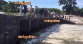 Úrsulo Galván, Ver., 24 de septiembre de 2021.- En el puente del vado de la comunidad de Real del Oro, se lleva a cabo la búsqueda del cuerpo de joven que fue arrastrado por el río Actopan hace 14 días. Presumen que ahí está el cuerpo pues en este sitio se halló su moto.