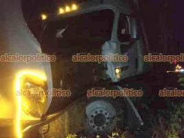 Veracruz, Ver., 24 de septiembre de 2021.- Un tráiler con doble remolque se accidentó la noche de este vienes, en la autopista Veracruz-Cardel, antes de llegar a La Antigua. La pesada unidad primero chocó contra el muro divisor y luego contra un motociclista que resultó con lesiones menores.