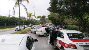 Xalapa, Ver., 26 de septiembre de 2021.- La tarde de este domingo, en la carretera Xalapa-Coatepec, ocurrió un accidente múltiple en el que se vieron involucrados 8 vehículos, en el carril con dirección a la capital, a la altura de Los Arenales. Una persona requirió traslado al hospital.