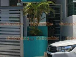 Boca del Río, Ver., 27 de septiembre de 2021.- Policías llegaron al edificio número 246 de la calle 4 Zafiro del Fraccionamiento Joyas de Mocambo, tras el reporte de disparos. En uno de los departamentos, según se informó, se halló un hombre asesinado.